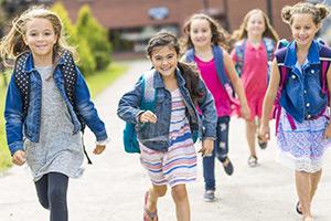 Lapsia tulossa koulusta