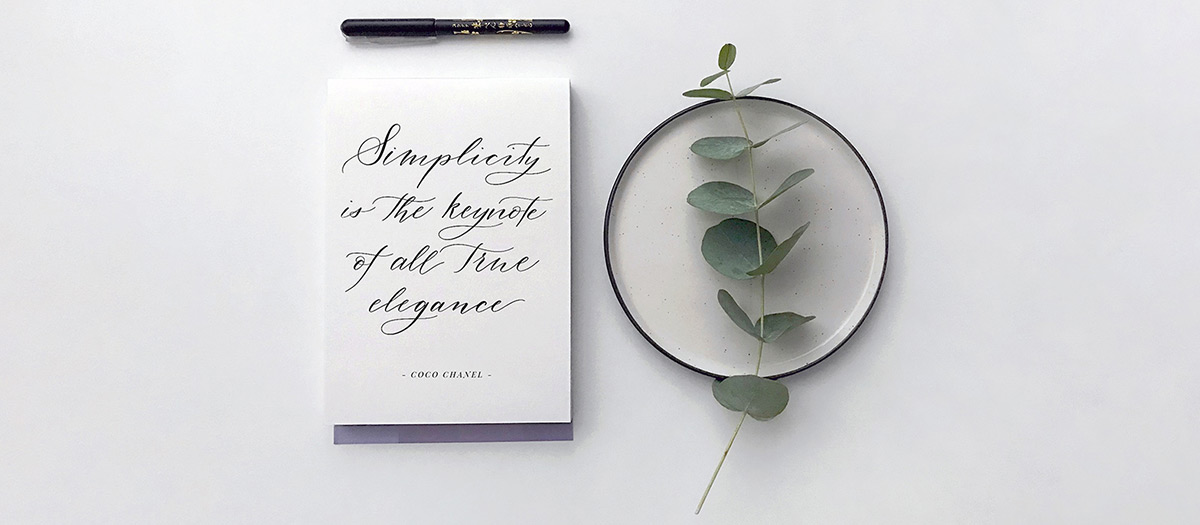 Kalligrafiakirjoitusta paperilla