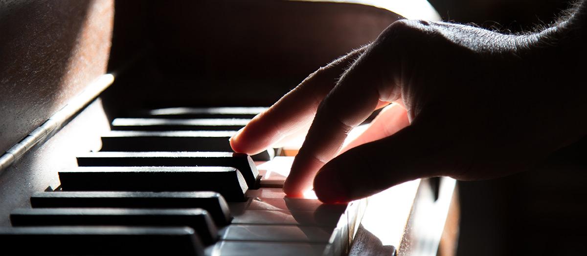 Henkilö soittaa pianoa