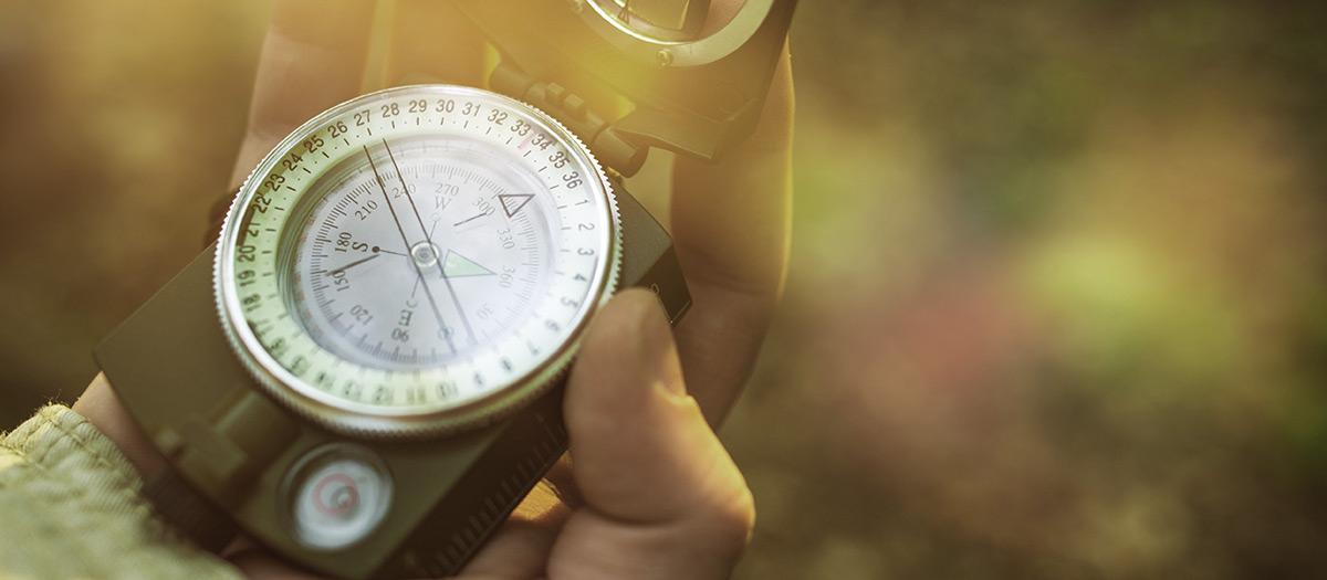 Kompassi henkilön kädessä