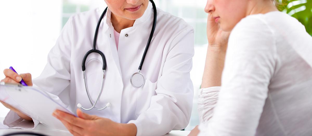 Lääkäri ja potilas keskustelevat